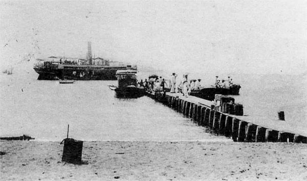 42.北条桟橋と汽船(大正頃)
