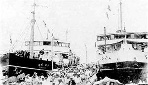 82.桟橋に着いた菊丸(右)と旅行客