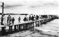 59.北条桟橋に降り立つ人々 大正時代前半
