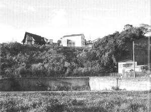 佐野洞窟遺跡推定値の現況<br> 手前にあるのが館山海軍砲術学校落下傘投下訓練プ-ル跡