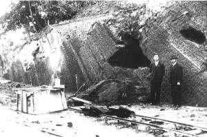 北下台洞窟遺跡と大野太平氏(右)<br> 昭和10年3月18日撮影