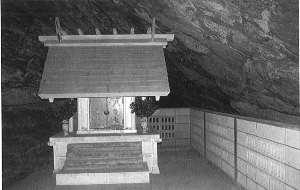 鉈切洞窟遺跡<br>洞窟内に船越鉈切神社の本殿があります。