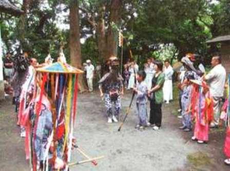 写真25-4.船越鉈切神社のかっこ舞(本殿前)