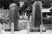 恩田仰岳(右)・城山(左)記念碑