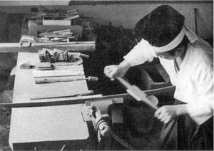 センで削り、刀の姿を整える。