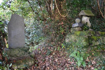 (1) 加戸(かと)地震記念碑と天王(てんのう)さま